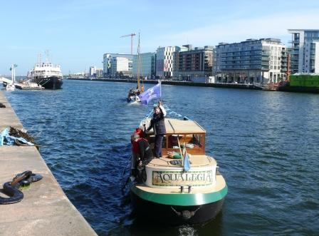 Aqualegia with Jim Gorman, Jim O'Riordan & Gerry O'Hara on board follows Nieuwe Zorgen down the Liffey